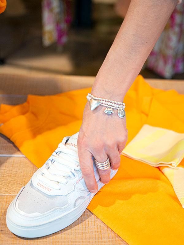 Schmuck und Sneakers tragbar Esslingen