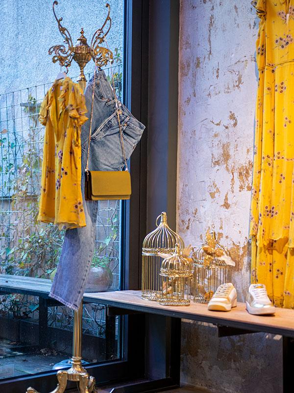 Gelbe Bluse von Ivy & Oak und Jeans im tragbar Esslingen