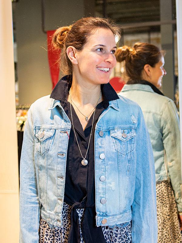 Antje Hammelehle trägt Jeansjacke True Religion tragbar Esslingen