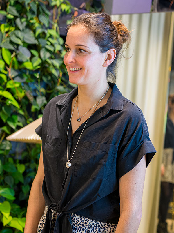 Antje Hammelehle trägt schwarze Bluse von Bella Dahl tragbar Esslingen