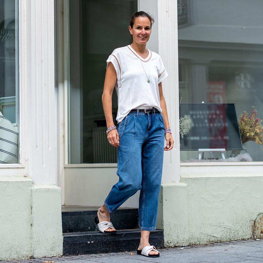 Weißes Shirt und Jeans für sommerliche Regentage